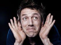 Lustiges Mann-Portrait mit Hörfähigkeitsproblem Lizenzfreies Stockfoto
