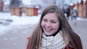 Lustiges Mädchen, das verrückte Gesichter macht stock footage