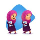 Lustiges moslemisches kleines Mädchen, das mit einem Buch geht Lizenzfreies Stockbild
