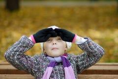 Lustiges nettes blondes Mädchen mit positivem Ausdruck Lizenzfreie Stockfotos
