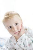 Lustiges nettes kleines Kind in den Pyjamas mit dem blonden Haar Lizenzfreies Stockbild