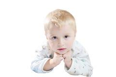 Lustiges nettes kleines Kind in den Pyjamas mit dem blonden Haar lokalisiert Lizenzfreie Stockbilder