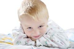 Lustiges nettes kleines Kind in den Pyjamas mit dem blonden Haar lokalisiert Lizenzfreies Stockfoto