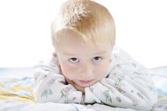 Lustiges nettes kleines Kind in den Pyjamas mit dem blonden Haar lokalisiert Stockbild