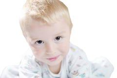Lustiges nettes kleines Kind in den Pyjamas mit dem blonden Haar lokalisiert Stockbilder