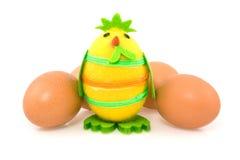 Lustiges Ostern-Küken und braune Eier Lizenzfreie Stockbilder
