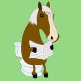 Lustiges Pferd, das eine Zeitung im WC liest Stockbild