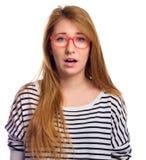 Lustiges Porträt der aufgeregten Frauentragenglasaugenabnutzung Frau, die den lustigen Gesichtsausdruck lokalisiert auf weißem Hi Stockfoto