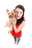 Lustiges Porträt der jungen Frau kleiner Hunde-Yorkshire-terri halten Lizenzfreie Stockfotos