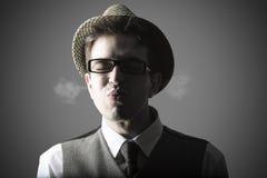 Lustiges Porträt des jungen stilvollen Mannes Stockbild