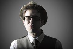 Lustiges Porträt des jungen stilvollen Mannes Lizenzfreies Stockfoto