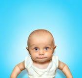 Lustiges Porträt eines entzückenden Babysaugens Stockfotografie