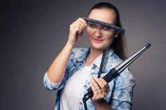 Lustiges Porträt eines jungen weiblichen Herrenfriseurs Stockfotografie