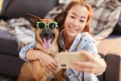 Lustiges Porträt mit Hund stockfoto