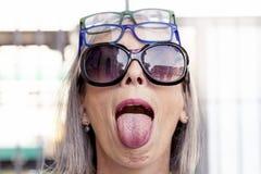 Lustiges Porträt von Dame mit vielen Gläsern stockfotos