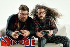 Lustiges Porträt von zwei besten Freunden, die Spiele spielen stockbilder