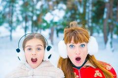 Lustiges Porträt zwei im Winter stockfotos