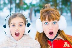 Lustiges Porträt zwei im Winter lizenzfreie stockfotos