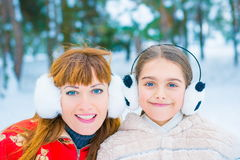 Lustiges Porträt zwei im Winter Lizenzfreie Stockbilder