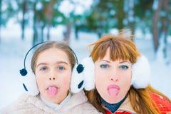 Lustiges Porträt zwei im Winter Lizenzfreies Stockbild