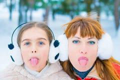 Lustiges Porträt zwei im Winter stockfotografie