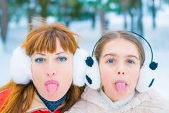 Lustiges Porträt zwei im Winter stockfoto