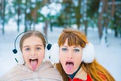 Lustiges Porträt zwei im Winter lizenzfreies stockfoto