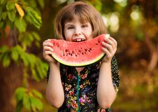 Lustiges Portr?t des unglaublich sch?nen kleinen M?dchens, das Wassermelone, gesunden Fruchtimbi? isst lizenzfreie stockfotografie