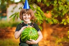 Lustiges Portr?t des unglaublich sch?nen kleinen M?dchens, das Wassermelone, gesunden Fruchtimbi? isst lizenzfreie stockbilder