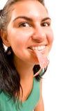 Lustiges Portrait der Frauen mit Wurst stockfoto