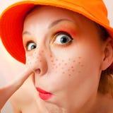 Lustiges Portrait der Gesichtes verziehendes Frau Stockfoto