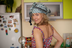 Lustiges Portrait der Hausfrau in der Küche Stockfotografie