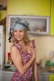 Lustiges Portrait der Hausfrau in der Küche Lizenzfreies Stockbild