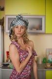 Lustiges Portrait der Hausfrau in der Küche Lizenzfreie Stockfotografie