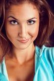 Lustiges Porträt der jungen erwachsenen Frau Lizenzfreie Stockfotos