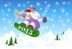 Lustiges RAM, das einen Snowboard 2015 reitet Stockfoto