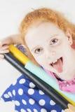 Lustiges rothaariges kaukasisches Mädchen, das Gesichter macht Stockfoto
