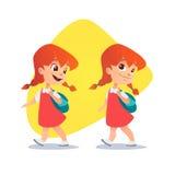 Lustiges rothaariges kleines Mädchen, das mit einem Rucksack geht Stockfoto