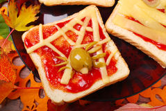 Lustiges Sandwich mit Spinnennetz für Halloween Stockfotos