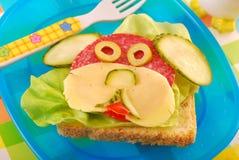 Lustiges Sandwich mit Welpen für Kind Stockfotos