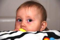 Lustiges schauendes Baby Stockfoto