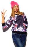Lustiges stilvolles vorbildliches Mädchen im zufälligen modernen Hippie-Stoff Stockbilder