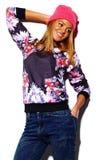 Lustiges stilvolles vorbildliches Mädchen im zufälligen modernen Hippie-Stoff Lizenzfreies Stockbild