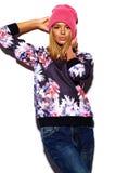 Lustiges stilvolles vorbildliches Mädchen im zufälligen modernen Hippie-Stoff Stockfoto