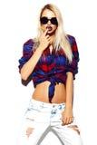 Lustiges stilvolles vorbildliches Mädchen im zufälligen modernen Hippie-Stoff Stockbild