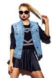 Lustiges stilvolles vorbildliches Mädchen im zufälligen modernen Hippie-Stoff Lizenzfreies Stockfoto