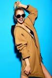 Lustiges stilvolles vorbildliches Mädchen im zufälligen modernen Hippie-Stoff Lizenzfreie Stockbilder