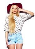 Lustiges stilvolles vorbildliches Mädchen im zufälligen modernen Hippie-Stoff Lizenzfreie Stockfotos