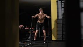 Lustiges Tanzen des Bodybuilders Kämpfende Seile der Eignung an der Turnhallentrainings-Eignungsübung stock video