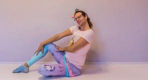 Lustiges Transgendermädchen LGBT, das eine sexy Haltung sitzt Stockfoto